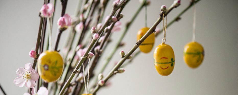Billede af forårsgrene i vase med små påskeæg
