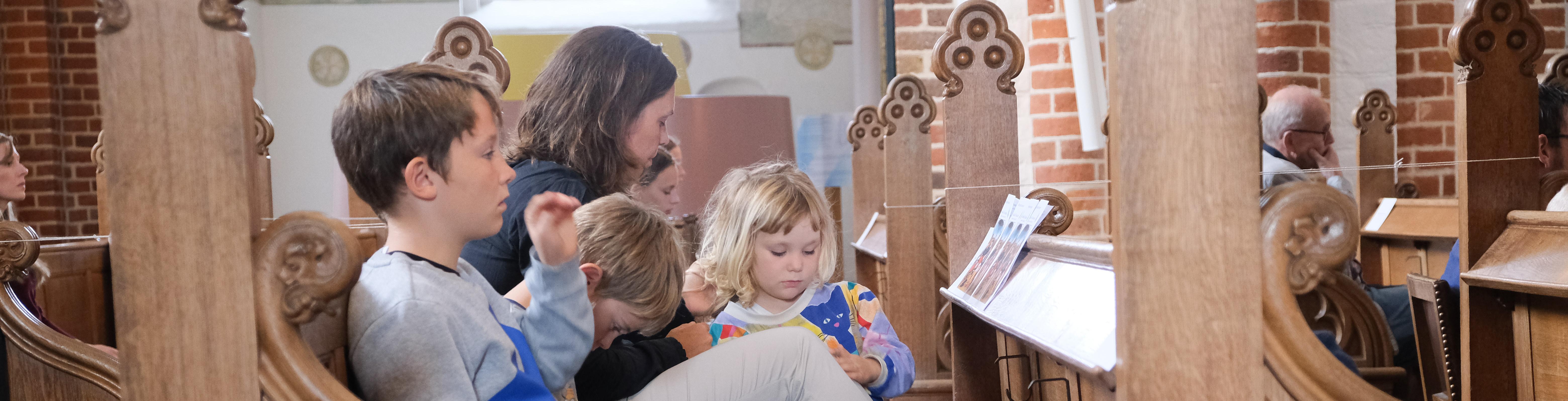 Billede af familie på kirkebænk i Domkirken