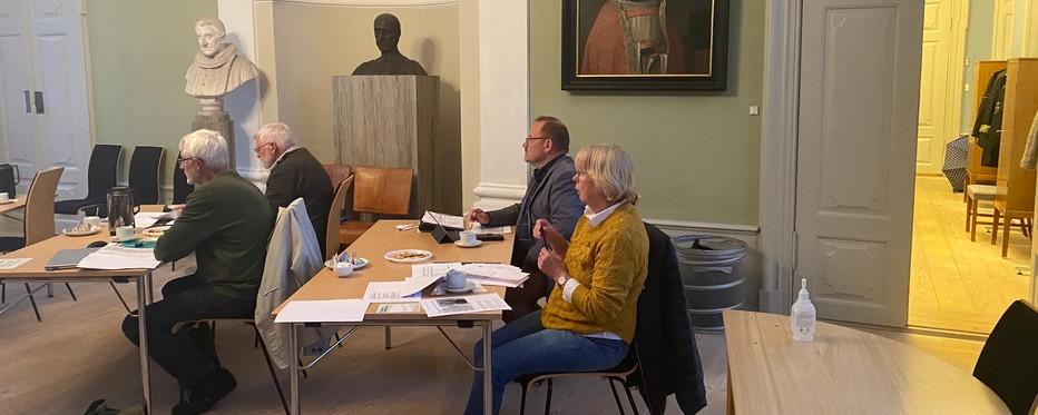 Billede af stiftsrådsmedlemmer i landemodesalen