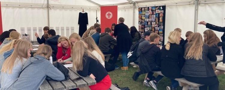 Billede af unge i folkekirkens telt på ungefolkemøde i Odsherred