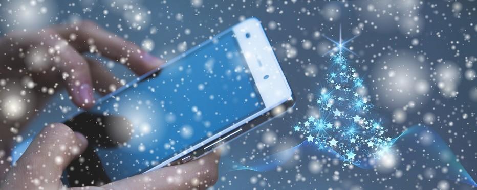 To hænder, der holder en iphone i snevejr