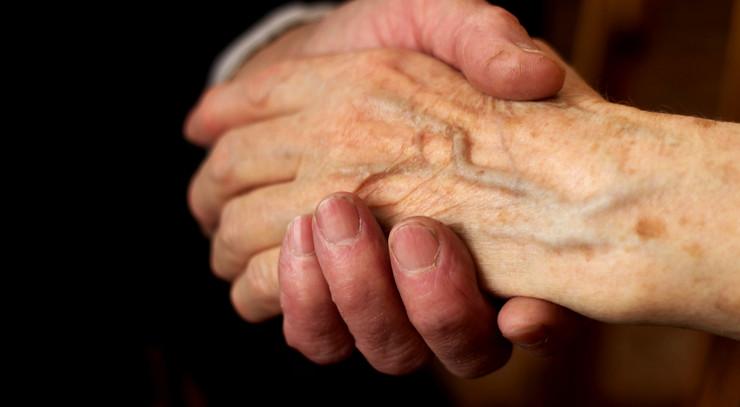 To, der holder i hånd